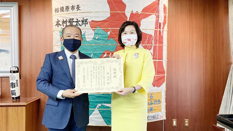 本村市長贈送感謝狀給張處長