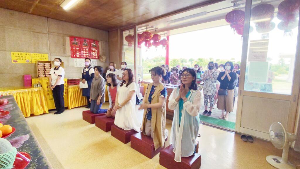 世華日本分會會長錢妙玲(前排左3)帶領世華姊妹一同參拜